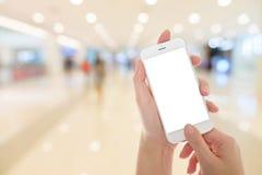 Vrouwenhand die slimme telefoon tonen Stock Fotografie