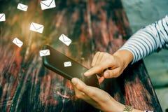 Vrouwenhand die smartphone gebruiken om e-mail te verzenden en te ontvangen royalty-vrije stock foto's