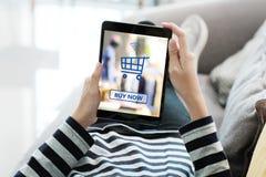 Vrouwenhand die tablet met het winkelen online apparaat op het schermbedelaars gebruiken royalty-vrije stock foto's