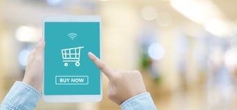 Vrouwenhand die tablet met het winkelen online apparaat op het schermbedelaars gebruiken stock afbeelding