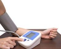 Vrouwenhand en het meten van bloeddruk 2 Royalty-vrije Stock Fotografie