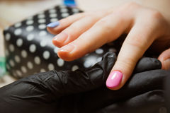 Vrouwenhand - gemaakte blauwe en roze geleidelijke manicure Royalty-vrije Stock Afbeeldingen
