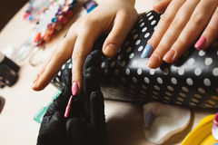 Vrouwenhand - gemaakte roze geleidelijke manicure Royalty-vrije Stock Foto