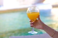 Vrouwenhand met cocktail die toost maken royalty-vrije stock foto's
