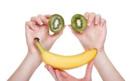 Vrouwenhand met geïsoleerd kiwifruit Royalty-vrije Stock Afbeelding