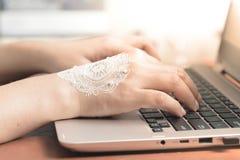 Vrouwenhand met henna het typen op laptop toetsenbord Bedrijfshuwelijksconcept Royalty-vrije Stock Fotografie
