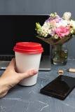 Vrouwenhand met Koffiedocument kop royalty-vrije stock foto's
