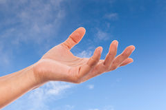 Vrouwenhand op hemel Stock Afbeelding