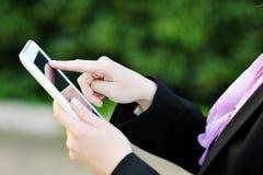 Vrouwenhand wat betreft het scherm van een tablet Royalty-vrije Stock Foto