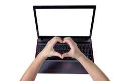 Vrouwenhanden die een hartvorm op laptop maken die op witte bac wordt geïsoleerd Royalty-vrije Stock Foto's