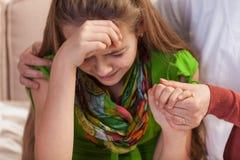Vrouwenhanden die en schreeuwend jong meisje houden troosten Het tienerproblemenconcept, sluit omhoog royalty-vrije stock afbeelding