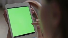 Vrouwenhanden die en tablet raken scrollen Groen stock videobeelden