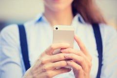 Vrouwenhanden die, gebruikend slimme, mobiele telefoon houden royalty-vrije stock foto's