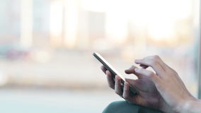 Vrouwenhanden die, gebruikend smartphone in koffie texting