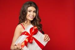 Vrouwenhanden die gift houden Royalty-vrije Stock Afbeelding