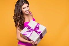 Vrouwenhanden die gift houden Royalty-vrije Stock Foto's