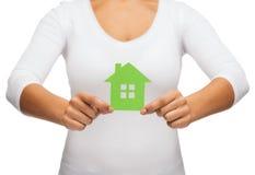 Vrouwenhanden die groen huis houden Stock Foto's