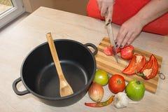 Vrouwenhanden die groenten op keukenbord snijden Gezond voedsel Vrouw die groenten voorbereidt Royalty-vrije Stock Afbeeldingen