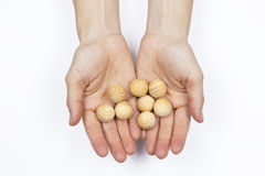 Vrouwenhanden die houten ballen houden Stock Foto's