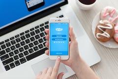 Vrouwenhanden die iPhone 6S Rose Gold met app Skype houden Stock Afbeeldingen