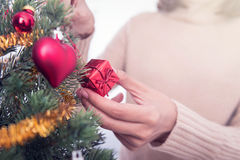Vrouwenhanden die Kerstboom verfraaien Stock Foto's