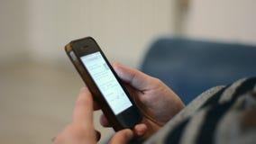 Vrouwenhanden die mobiele telefoontouchscreen gebruiken stock footage