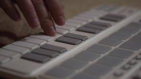 Vrouwenhanden die op synthesizer spelen stock video