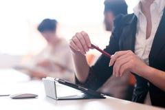 Vrouwenhanden die pen op commerciële vergadering houden Royalty-vrije Stock Fotografie