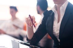 Vrouwenhanden die pen op commerciële vergadering houden royalty-vrije stock foto's