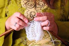 Vrouwenhanden het breien Stock Foto's