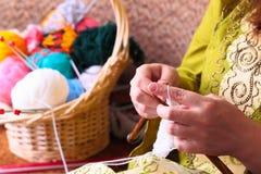 Vrouwenhanden het breien Royalty-vrije Stock Afbeeldingen