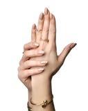 Vrouwenhanden met de Franse manicurespijkers en ringen van manierjuwelen stock fotografie