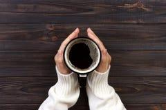 Vrouwenhanden met koffie het oogsten van koffiebessen door landbouwkundigehanden Royalty-vrije Stock Fotografie