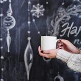 Vrouwenhanden met kop van hete drank Stock Foto