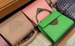 Vrouwenhandtas in een showcase van een luxeopslag stock afbeeldingen