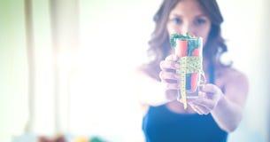 Vrouwenholding het drinken glashoogtepunt van verse fruitsalade met een meetlint rond het glas Stock Fotografie