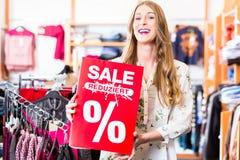 Vrouwenholding het winkelen verkoopbanner royalty-vrije stock foto's