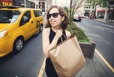 Vrouwenholding het winkelen zak in Soho, Manhattan, New York Royalty-vrije Stock Fotografie