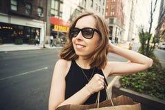 Vrouwenholding het winkelen zak in Soho, Manhattan, New York Stock Foto's