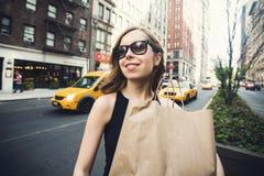 Vrouwenholding het winkelen zak in Soho, Manhattan, New York Royalty-vrije Stock Afbeeldingen