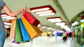 Vrouwenholding het winkelen zakken en het tonen van o.k. teken Royalty-vrije Stock Afbeelding