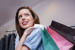 Vrouwenholding het winkelen zakken over schouder royalty-vrije stock afbeelding