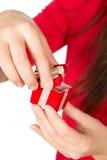Vrouwenholding huidig op haar handen Stock Fotografie