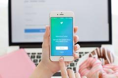 Vrouwenholding iPhone6S Rose Gold met de dienst Twitter op het scherm Royalty-vrije Stock Afbeeldingen