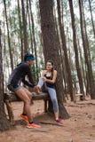 Vrouwenhulp haar vriend na het krijgen van verwonding royalty-vrije stock fotografie