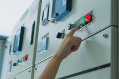 Vrouweningenieur die aan het controleren en onderhouds elektromateriaal werken stock afbeeldingen