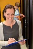 Vrouweningenieur die in datacenter werken royalty-vrije stock foto's