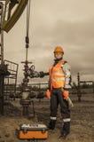 Vrouweningenieur in het olieveld Stock Afbeeldingen