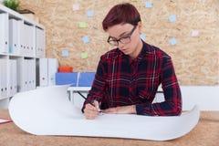Vrouweningenieur op het werk Royalty-vrije Stock Afbeelding