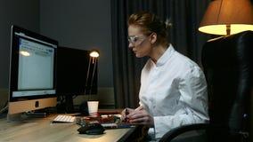 Vrouwenit de ingenieursreparaties loopt in elektronikaapparaat over, die met elektronische sensoren en computerzitting bij een li stock videobeelden